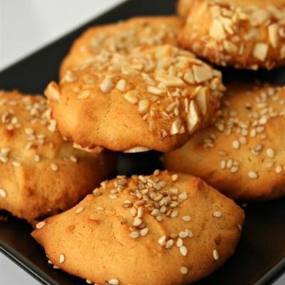 oude honingtaarten (rijstmeel koekjes met noten of maanzaad)