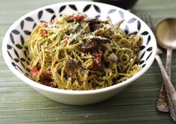 pesto pasta met champignons, uien en rode paprika