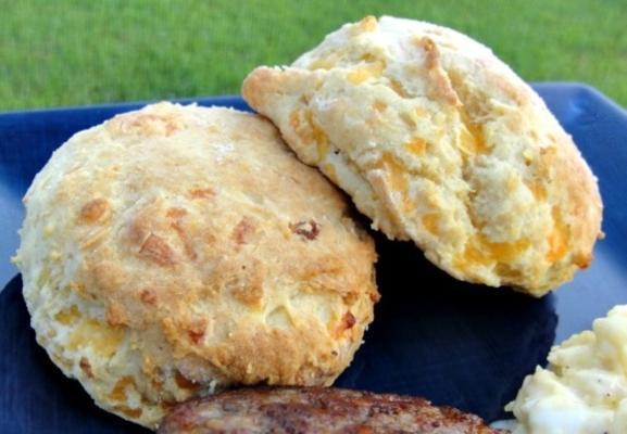 karnemelk, kaas, sjalotten en aardappelscones