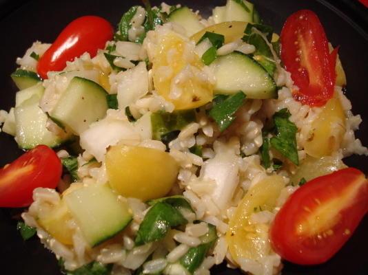 zomerse bruine rijstsalade met verse kruiden