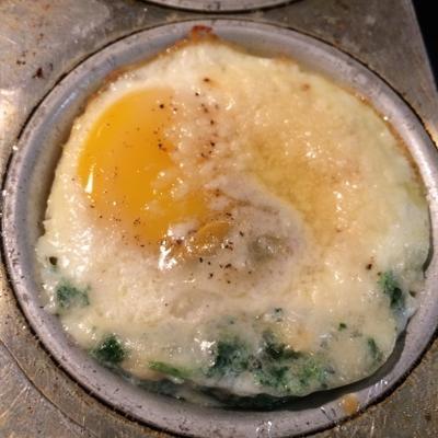 gebakken eieren met spinazie en parmezaanse kaas