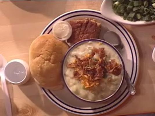 gebakken aardappelsoep en broodkom