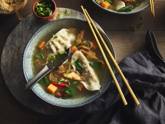 Aziatische knoedel en squash soep