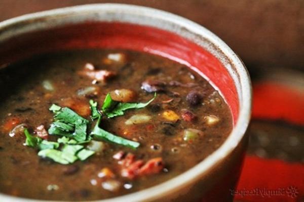 soep van zwarte bonen en gerookte kip